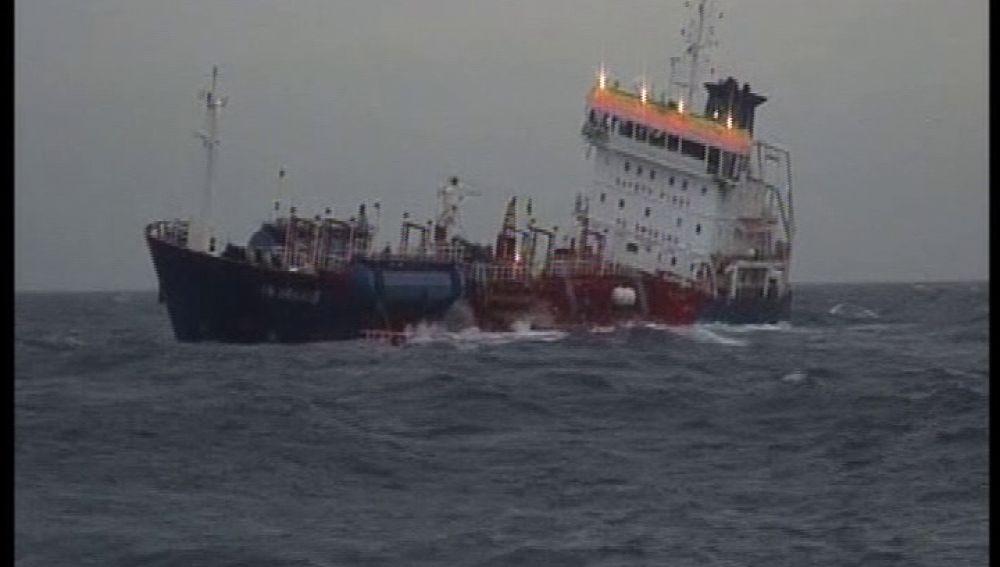 Un barco cargado con 6.000 toneladas de disolvente choca en el Finiesterre francés