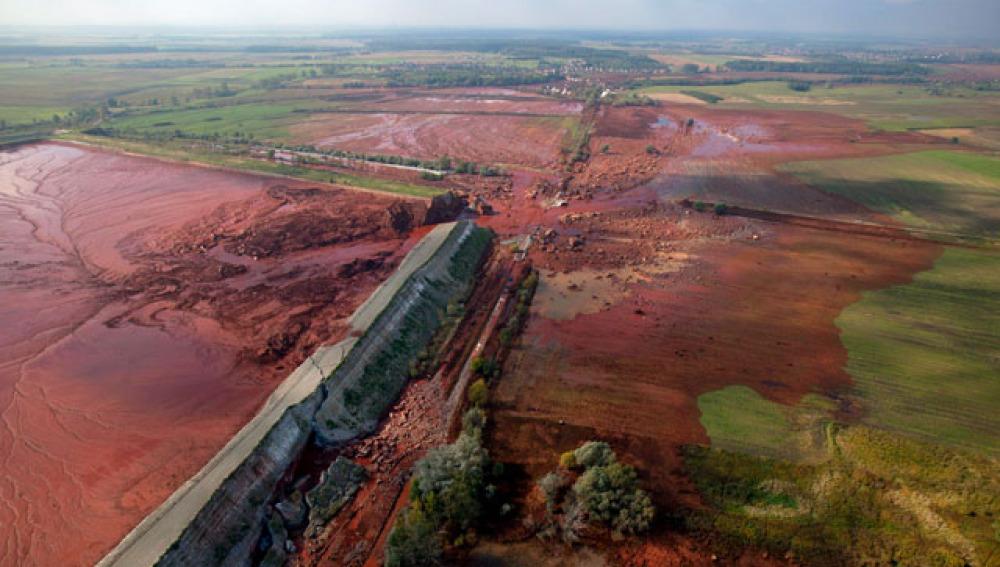 Imagen del dique roto en Hungría