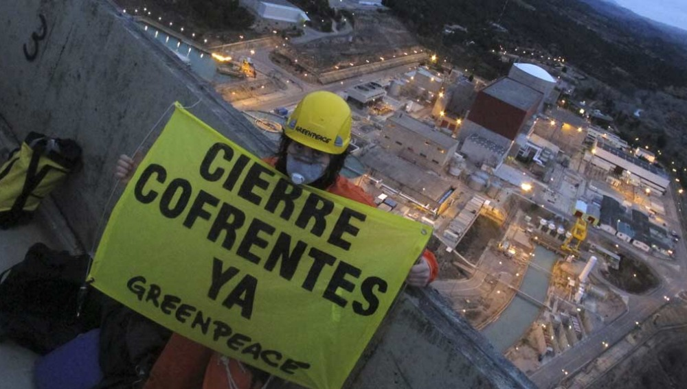 Activistas de Greenpeace en Cofrentes
