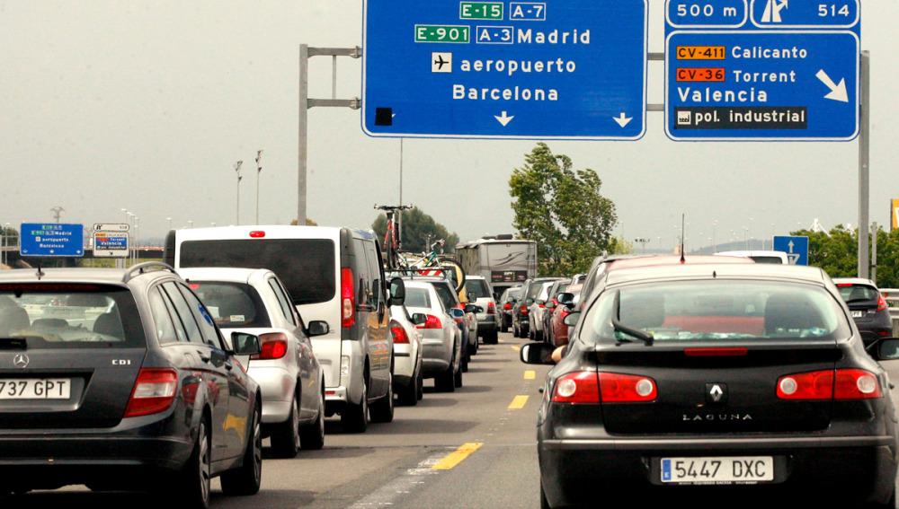 Una cola de coches en la A-7 en dirección a Barcelona