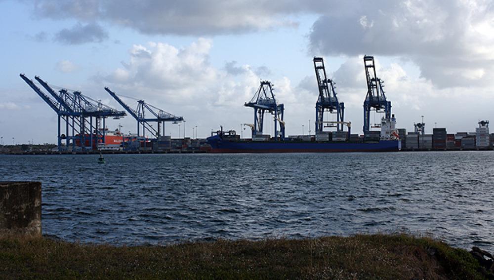 Puerto junto al mar