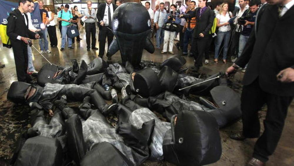 Activistas de Greenpeace protestan disfrazados de ballenas