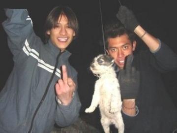 Dos jóvenes ahorcan a un perro