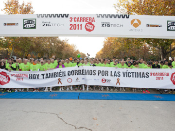 Todos con la pancarta de la 3ª Carrera Ponle Freno 2011