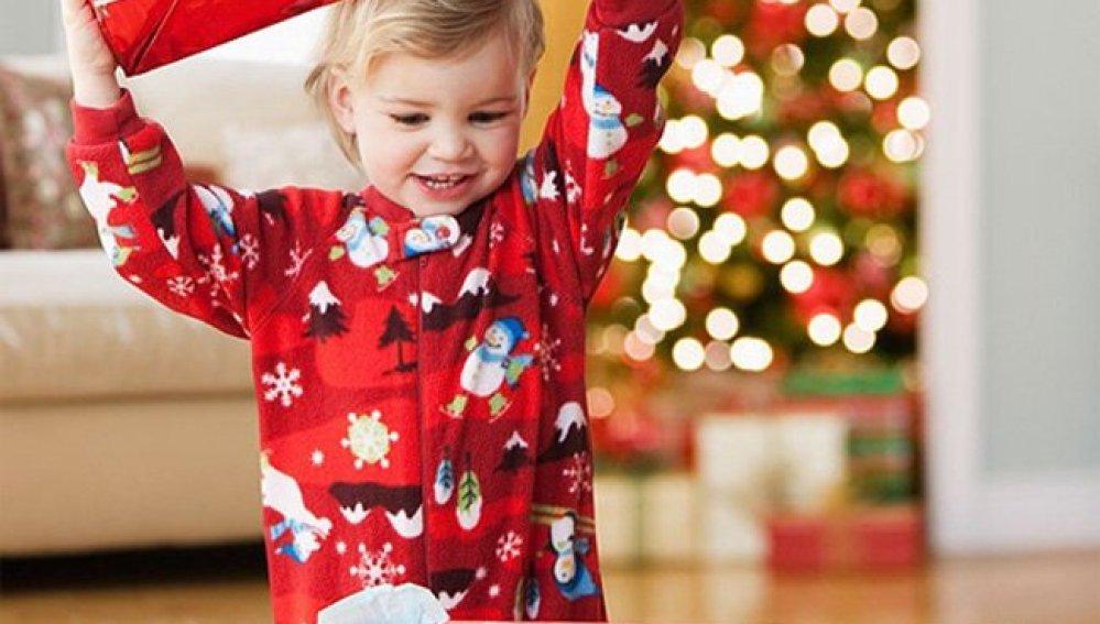 Niño abriendo un regalo