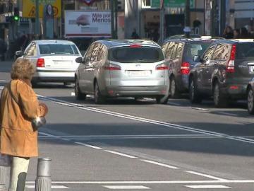 Una mujer espera para cruzar la calle
