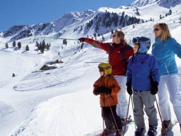 Familia esquiando