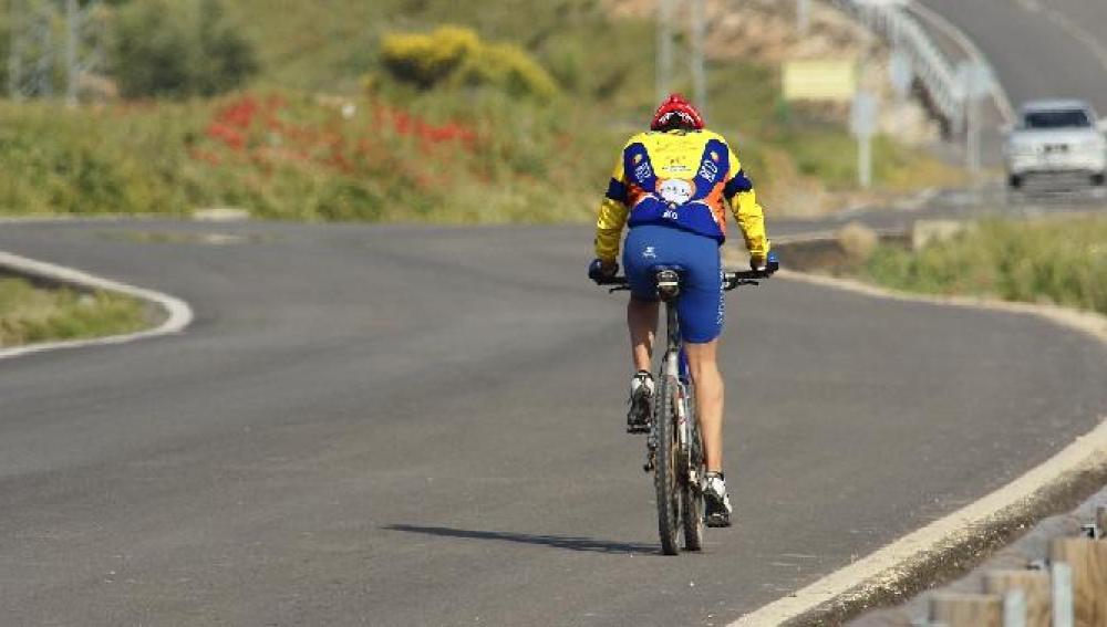 Un ciclista en carretera