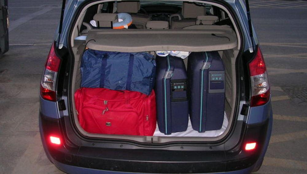 maletero lleno de maletas