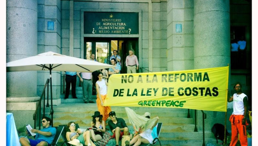 30 activistas de Greenpeace en una playa privada frente al Ministerio de Medio Ambiente