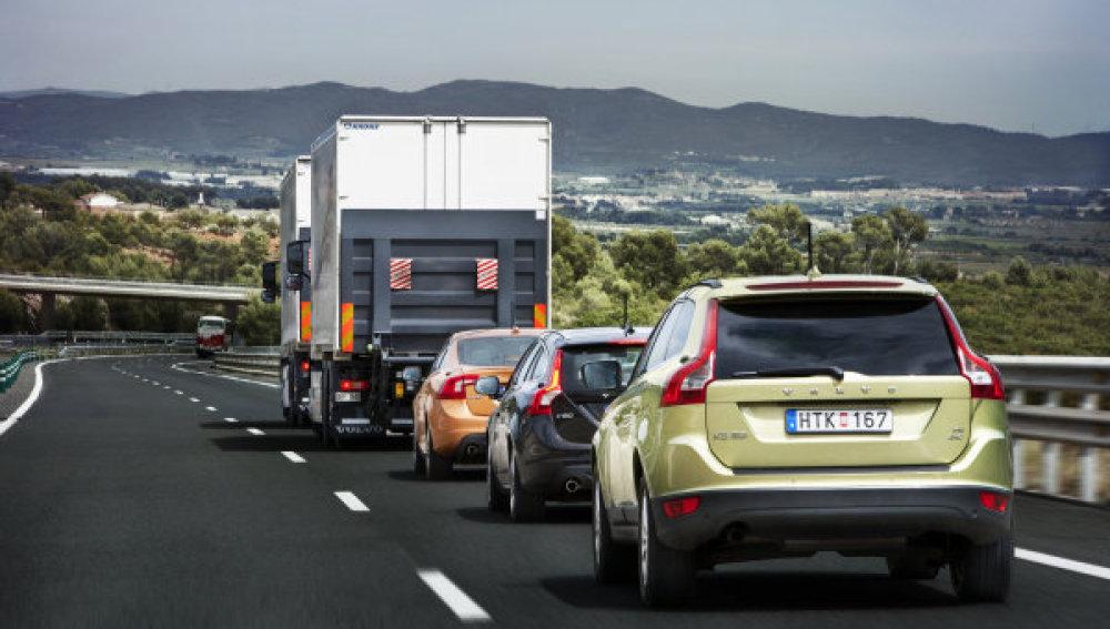 Caravana de coches guiados por camión
