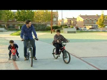 Roberto pasea en bici con los hermanos Requena