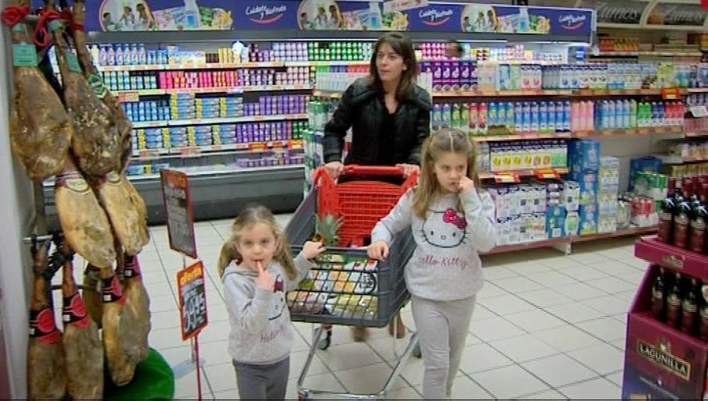 Paula y Carmen ayudan a su madre a hacer la compra