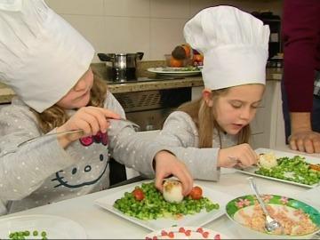 Paula y Carmen cocinan 'huevos pío pío'