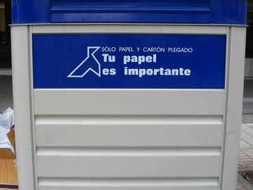 Contenedor azul de reciclaje