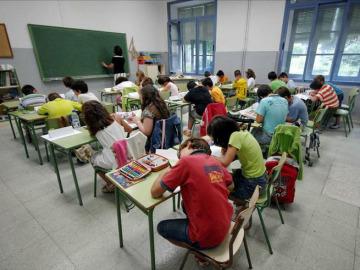 Alumnos atienden a su profesora en clase