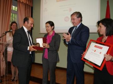 María Seguí entrega el premio de la Fundación CEA a Javier Bardají