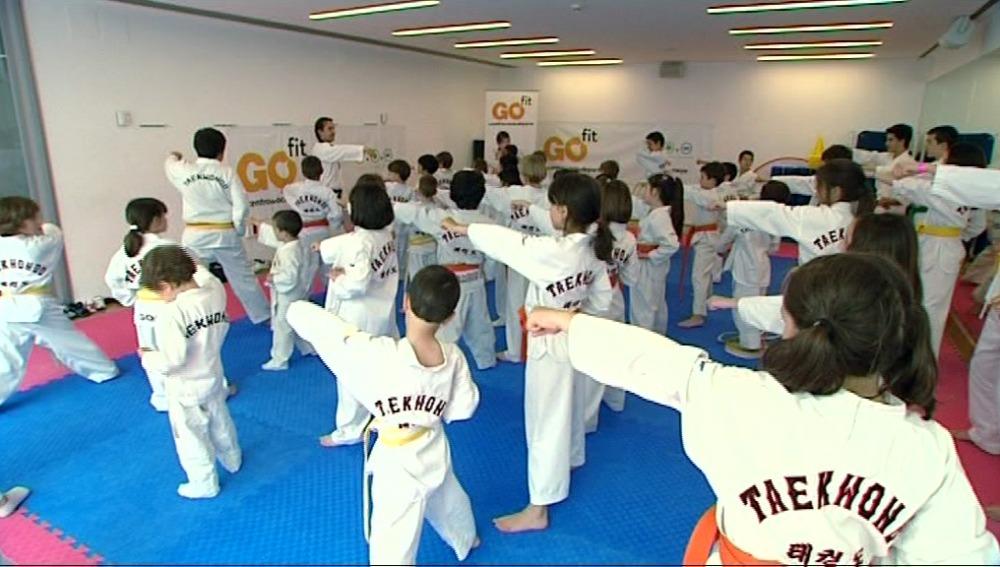 Muévete con 'El Estirón' practicando taekwondo