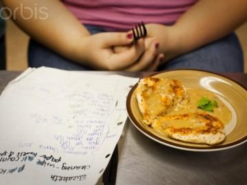 Niña obesa no come.