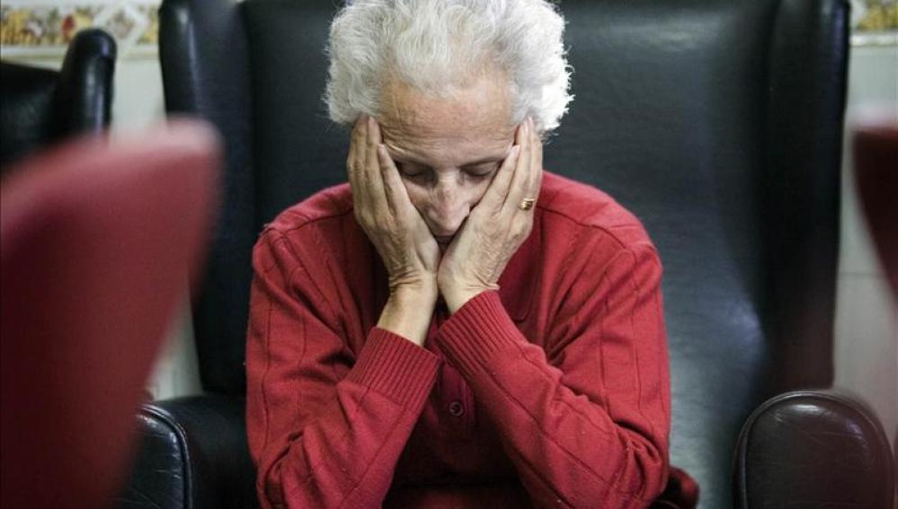 Una enferma de alzheimer en un centro de día