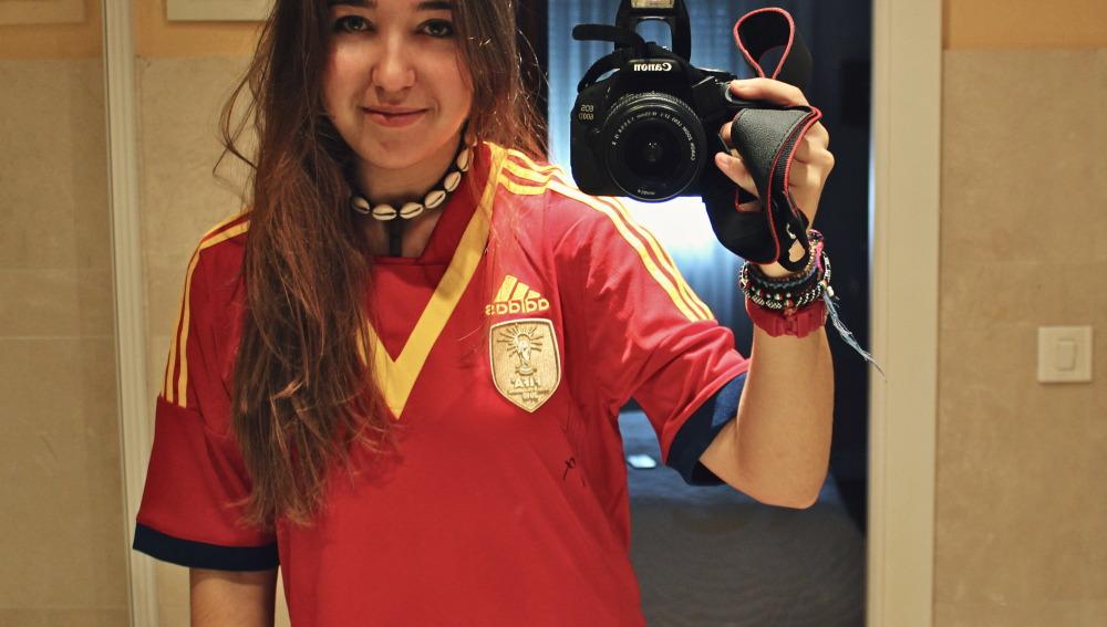 La ganadora con la camiseta de la Selección firmada por Villa
