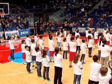 Niños bailando 'Muévete' en la cancha del Estudiantes