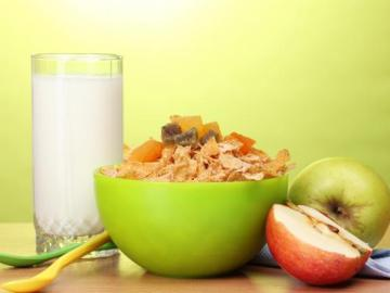 Leche, cereales y fruta