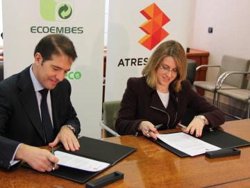 Óscar Martín Riva y Patricia Pérez firman el convenio entre Ecoembes y Hazte Eco