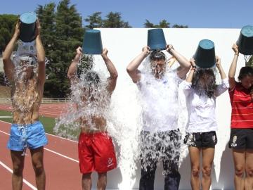 Algunos gimnastas se tiran el cubo de agua helada