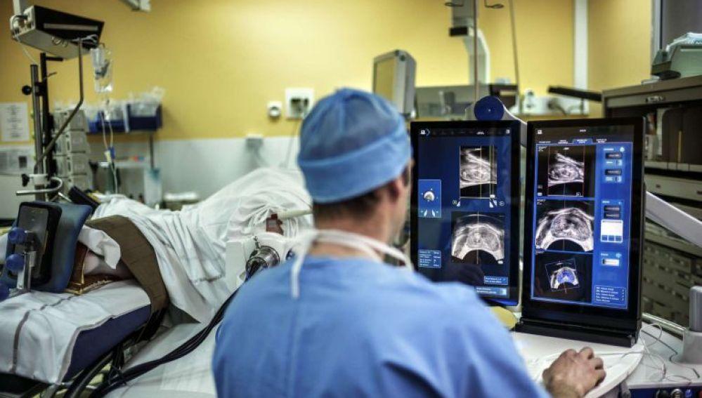 La mitad del grupo de investigadores españoles que diseñaron nanosensores para detectar el cáncer se va al par