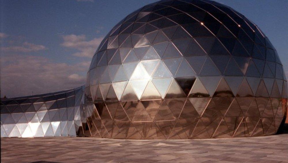 """Cúpula del Planetario de """"CosmoCaixa"""", ahora sede del  Museo Nacional de Ciencia y Tecnología"""