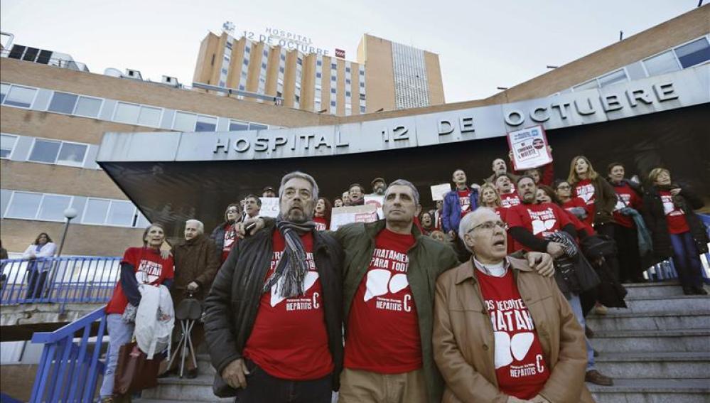 Afectados por hepatitis C marchan a La Moncloa para pedir fármacos para todos