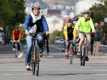 Ciclistas en bici por la ciudad
