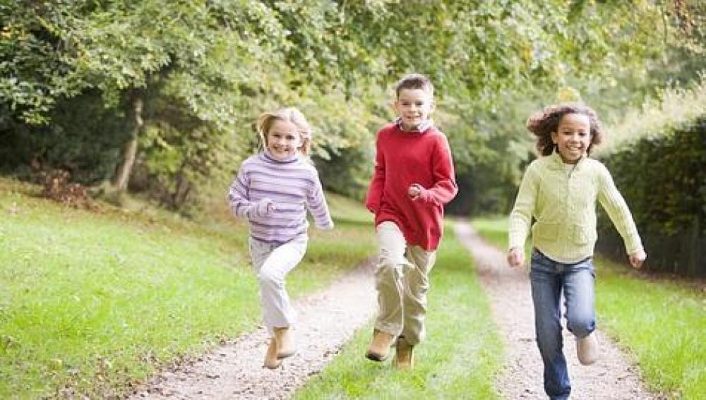 Los niños realizan más ejercicio físico con amigos