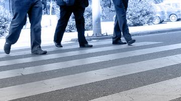 Hombres cruzando por un paso de cebra