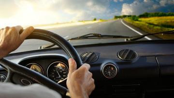 Conductor en la carretera
