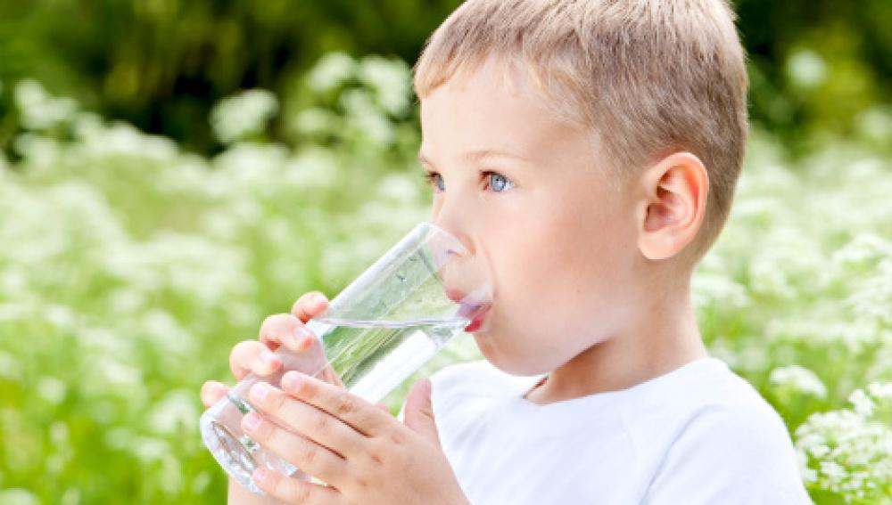 ¿Por qué es importante que los niños beban agua?