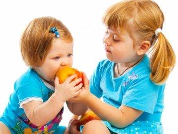 Sanidad pretende sustituir los bollos por fruta de los colegios madrileños
