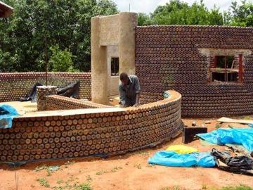 Construyen en Nigeria casas ecológicas con botellas y barro