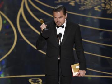 Leonardo DiCaprio junto a su Premio Oscar