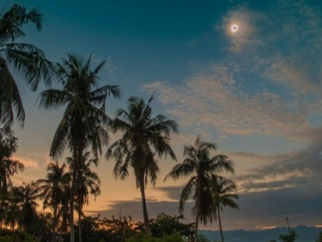 El único eclipse total del 2016 ilumina a Indonesia