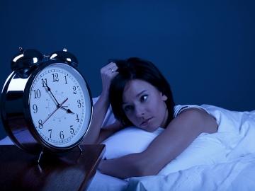 Una mujer intenta conciliar el sueño