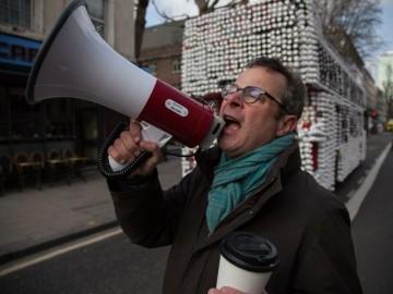 Hugh Fearnley-Whittingstall intenta concienciar sobre el reciclaje de los vasos de plástico