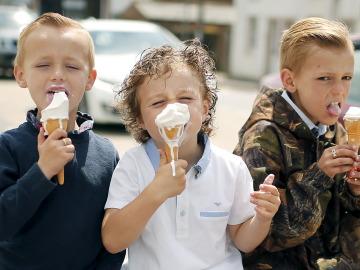 Niños comiendo un helado