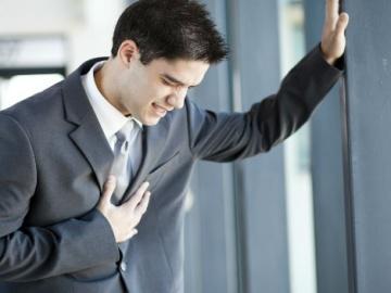 Recreación de un hombre sufriendo un infarto