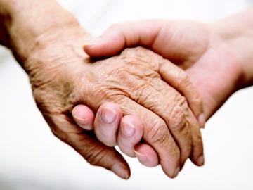 Manos de una persona anciana