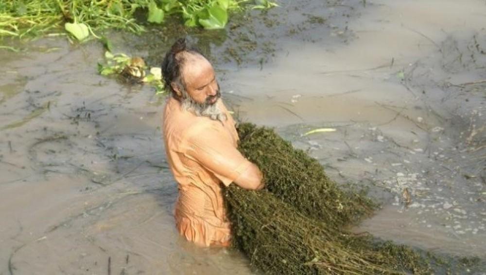 Un hombre limpia un río de 160 kilómetros con sus propias manos