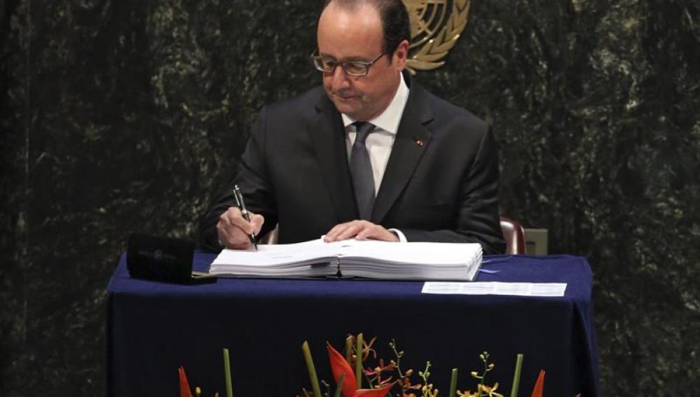 El presidente francés, François Hollande, firma el Acuerdo de París