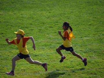 Niños haciendo ejercicio físico