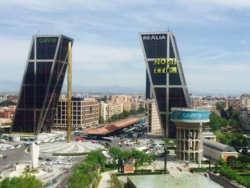 Activistas de Greenpeace escalan una de las Torres Kio de Madrid contral el TTIP